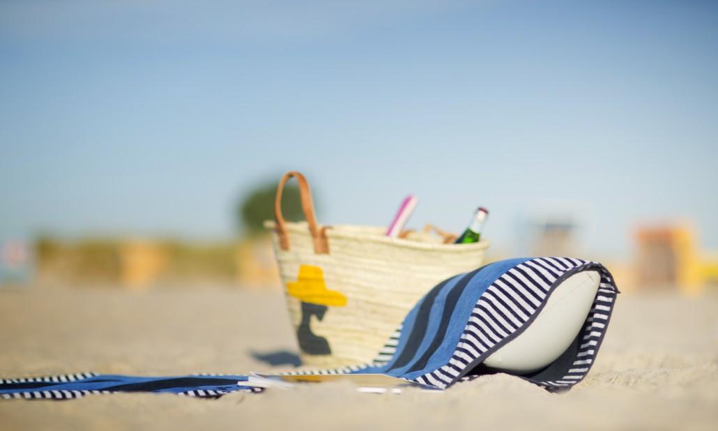 beachrelaxer Strandtuch Strandlaken Sandori gestreift blau Kissen eingeschoben