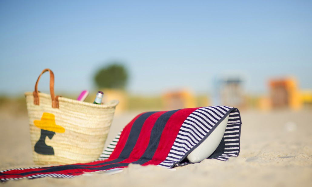 beachrelaxer Strandtuch Strandlaken Sandori gestreift rot Kissen eingeschoben