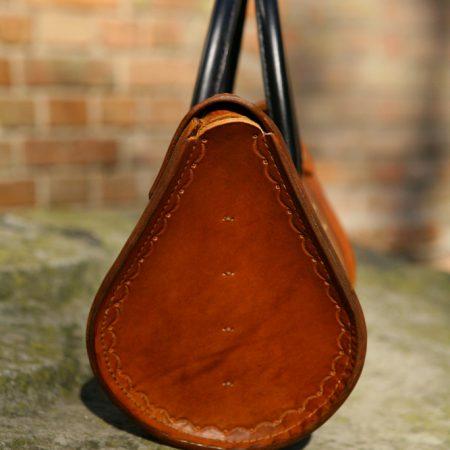 Sandori Damentasche Zeitlos cognac braun schwarz Seitenansicht (683x1024)