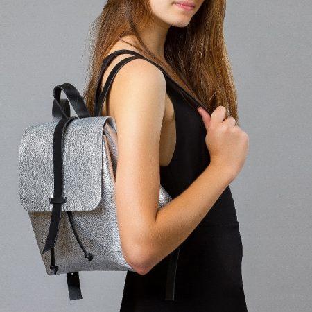 sandori rucksack genarbt silber schulter 1024x682