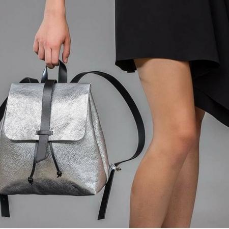 sandori rucksack genarbt silber getragen 960x657