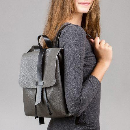 sandori rucksack genarbt anthrazit getragen seitlich 1024x683