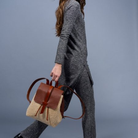 sandori rucksack genarbt cognac braun schaffell model seitlich 683x1024