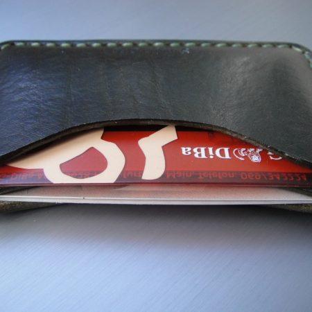 Sandori Kreditkartenetui Leder glatt dunkelolive Naht olive 2 (1024x768)